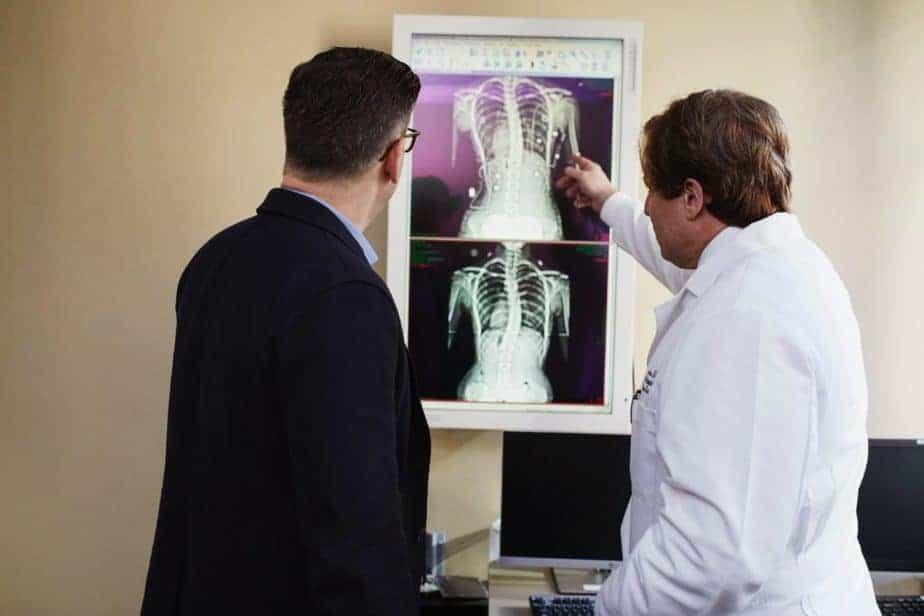 deux médecins examinant xray