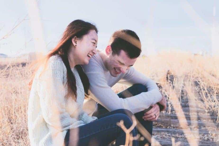 hombre y mujer riendo afuera