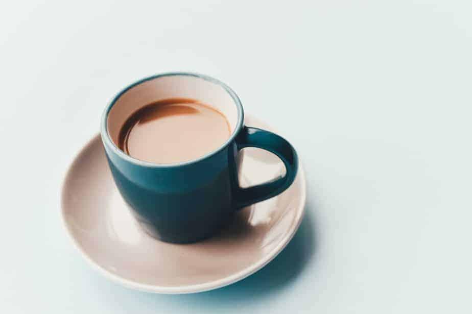 taza de café en el platillo