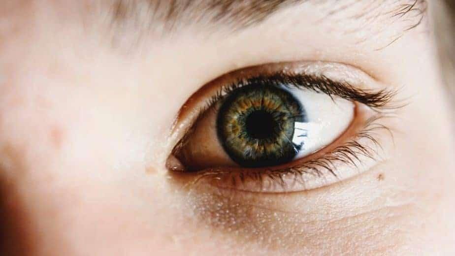 perto do olho da pessoa