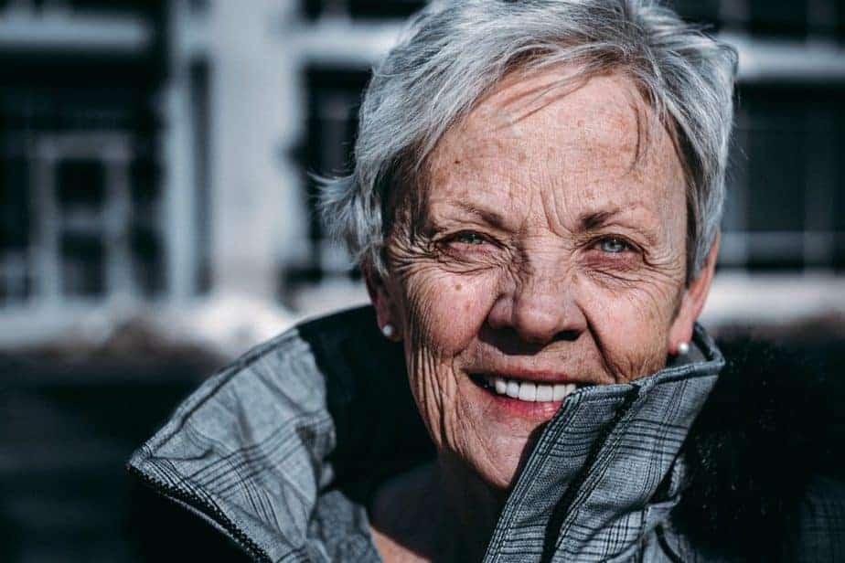 femme plus âgée souriant