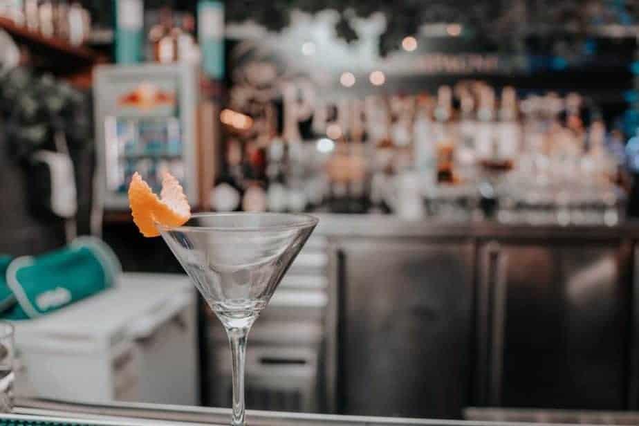 Consumo de alcohol, copa de martini vacía