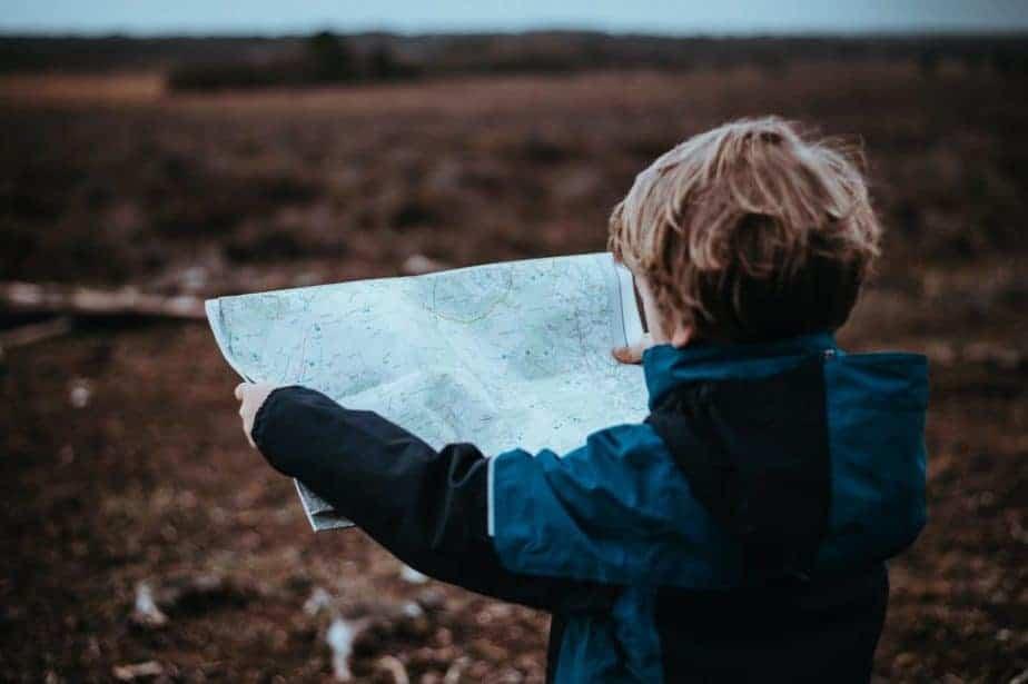 طفل يحمل الخريطة