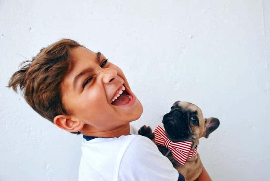 Мальчик смеется с собакой, личность