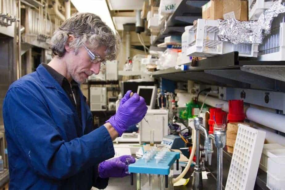Scientifique du cancer à l'aide d'une pipette et d'un tube à essai en laboratoire