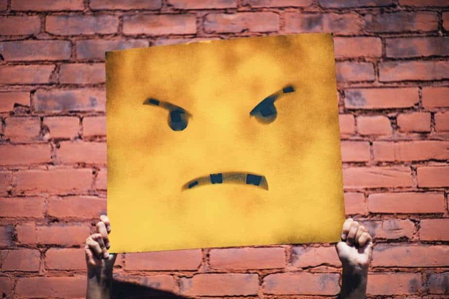 وجه غاضب على علامة العصابية