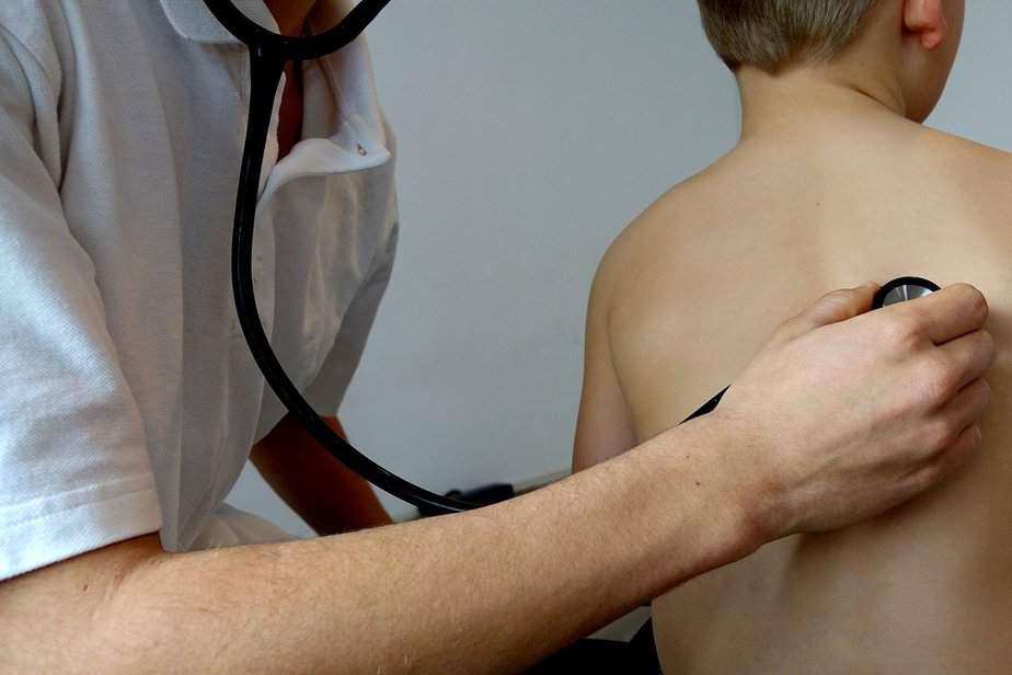 医生用听诊器听诊肺结核病
