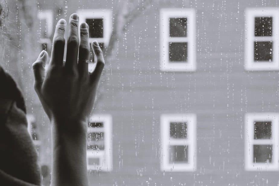 Hand am Fenster