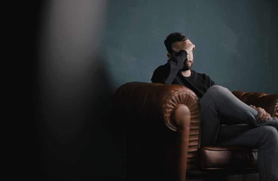 homme sur le canapé