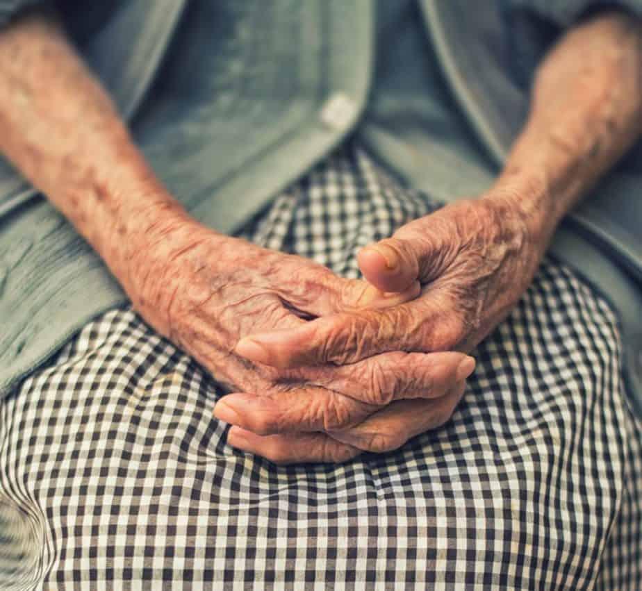Mãos de idosos, artrite reumatóide
