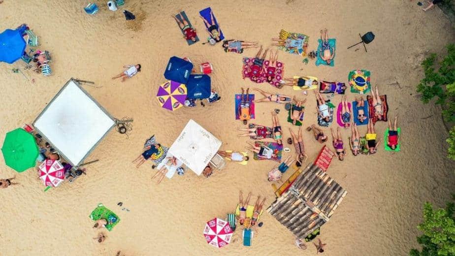 Leute, die am Strand liegen