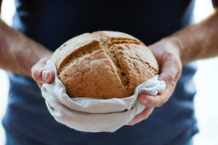 personne tenant une miche de pain