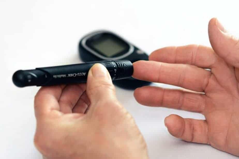 pessoa usando medidor de glicose