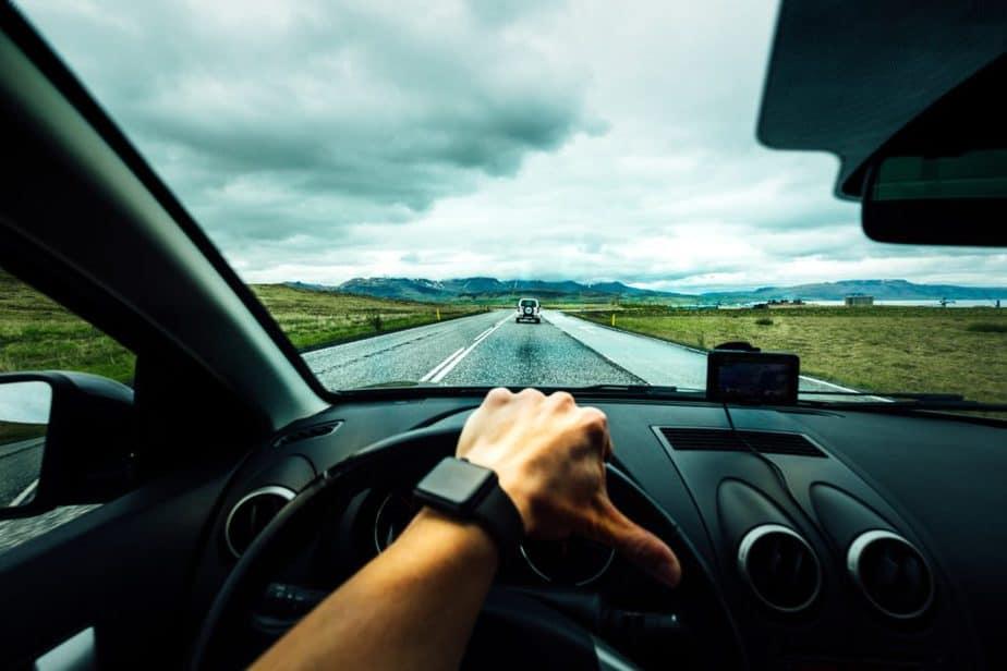 dirigindo um carro em uma área rural