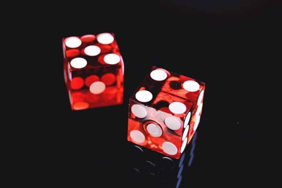 два красных кубика