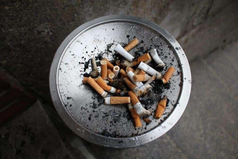 bandeja de colillas de cigarrillos