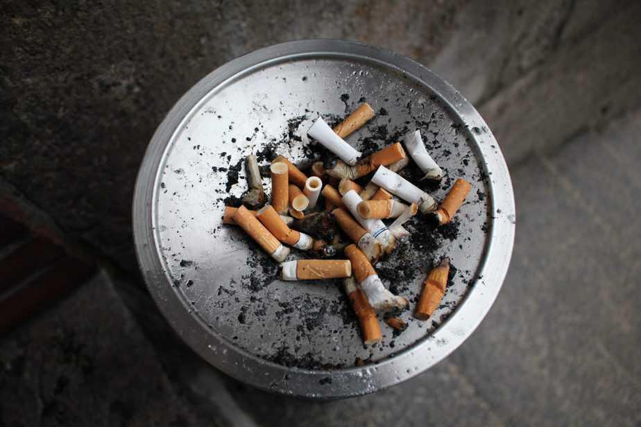 たばこの吸い殻のトレイ