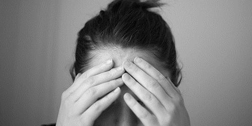 Eine Person, die von einer psychischen Erkrankung betroffen ist