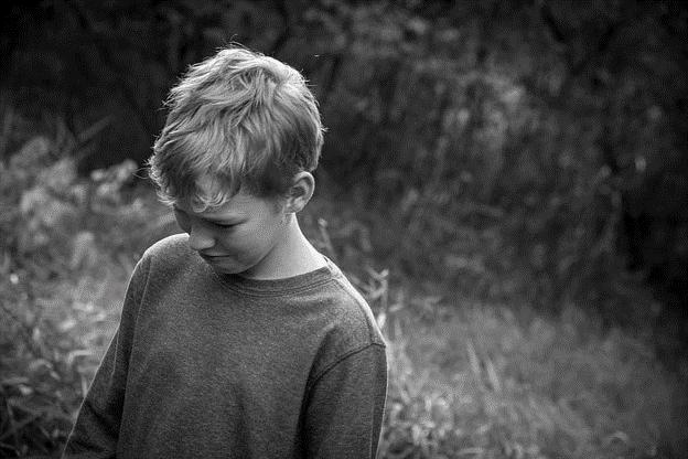 Ein Kind, das Anzeichen einer Depression zeigt